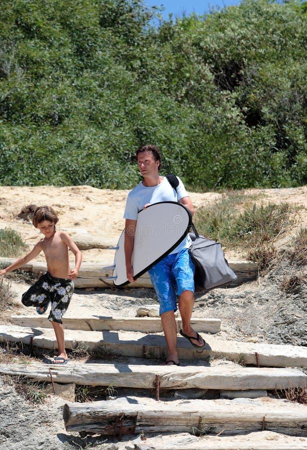 приезжая пляж его прибой сынка человека к стоковые изображения rf