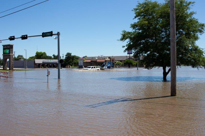 Приемистость буксируя шлюпку во время потока в Kearney, Небраске после проливного дождя стоковое изображение