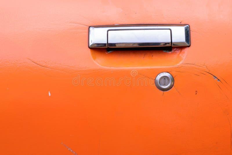 Приемистость двери ручки с треснутой поверхностью стоковая фотография rf
