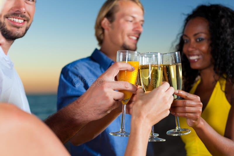прием партии шампанского пляжа стоковое фото rf