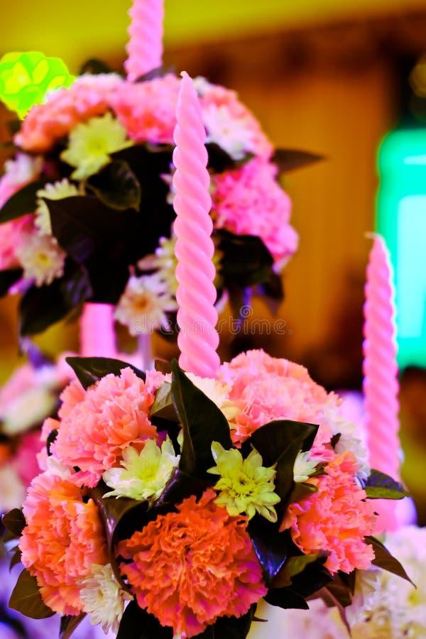 прием по случаю бракосочетания в фиолетовом свете стоковое фото rf