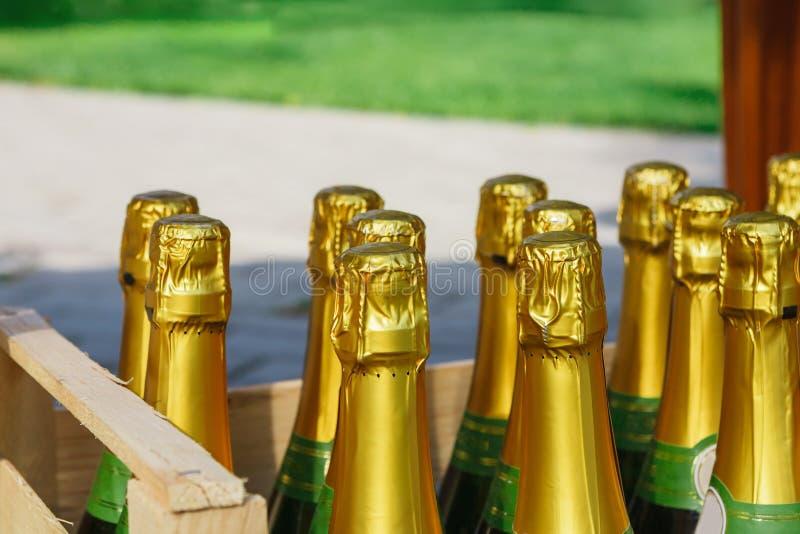 Прием по случаю бракосочетания, коробка с шампанским или вино стоковое изображение rf