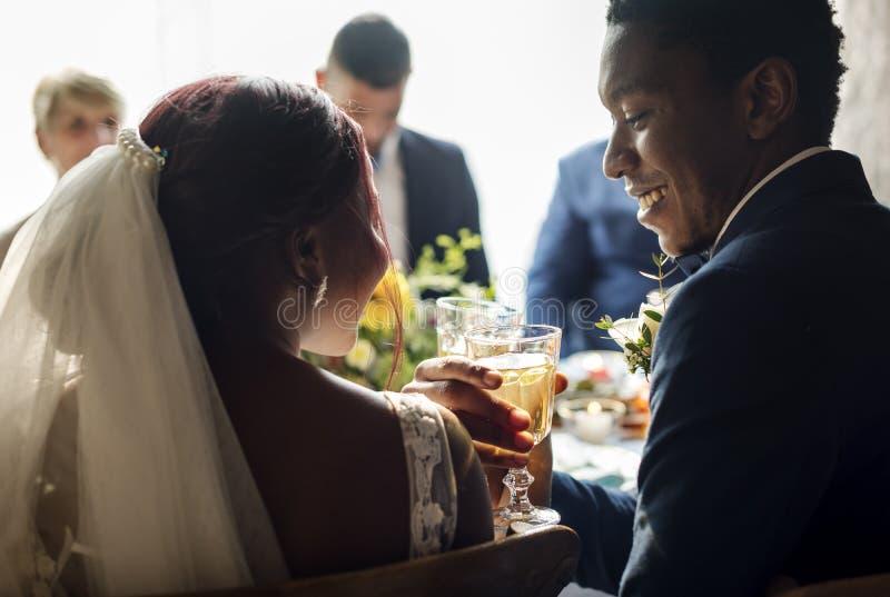Прием по случаю бракосочетания стекел жениха и невеста Clinking стоковые изображения rf