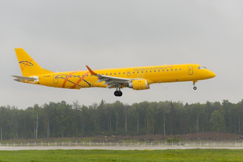 Приземляться авиакомпаний Embraer 195LR Саратова стоковое изображение