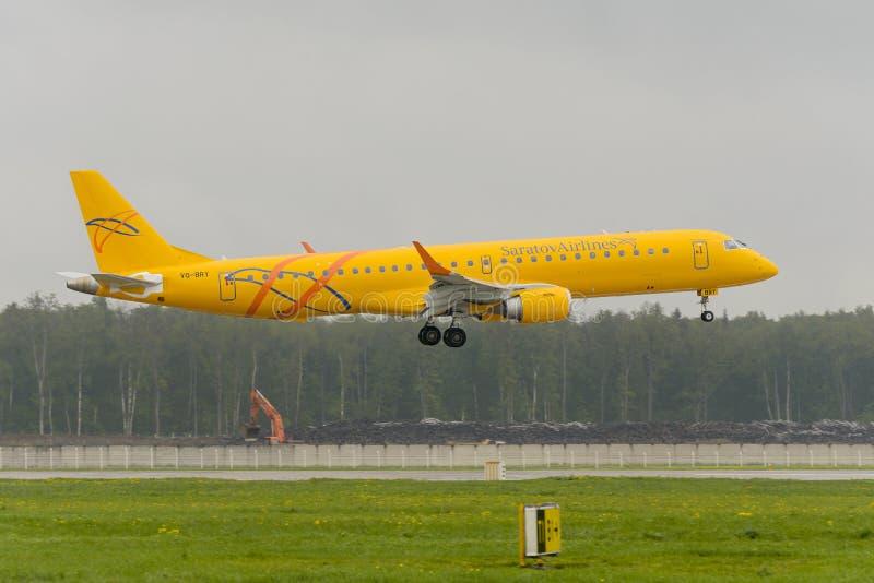 Приземляться авиакомпаний Embraer 195LR Саратова стоковые фотографии rf