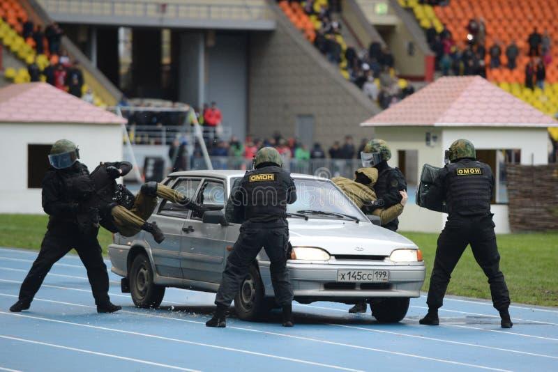 Признаковый автомобиль СВАТ полиции задержанием стоковая фотография