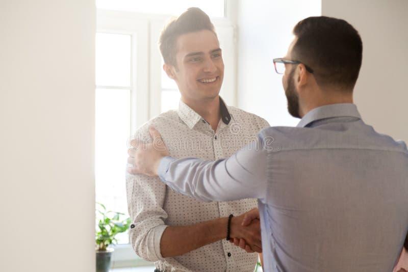 Признательный работник handshaking босса поздравляя с promo работы стоковые фотографии rf