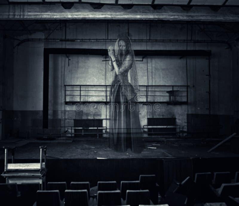 Призрак актрисы на этапе старого театра стоковая фотография