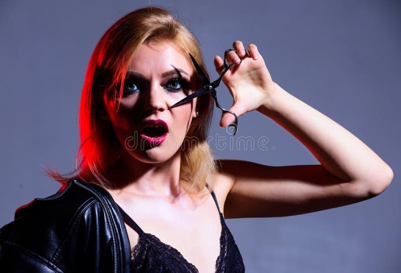 Призрение пожертвования волос Создайте ваш стиль Ножницы владением парикмахера модной женщины отрезали волосы E стоковая фотография