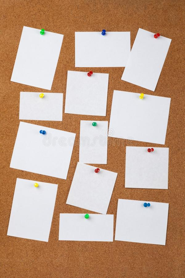 Прикалыванные примечания чистого листа бумаги на предпосылке стоковое фото rf