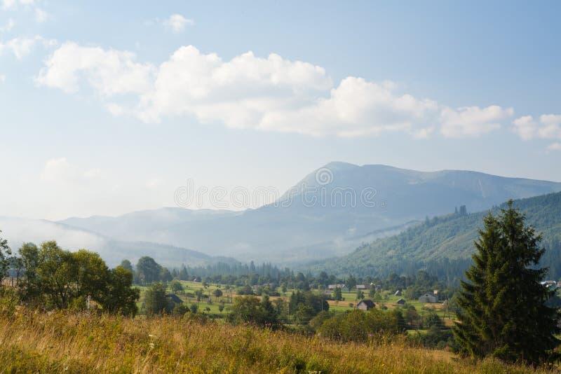 Прикарпатская деревня на ноге горы Goverla стоковое изображение