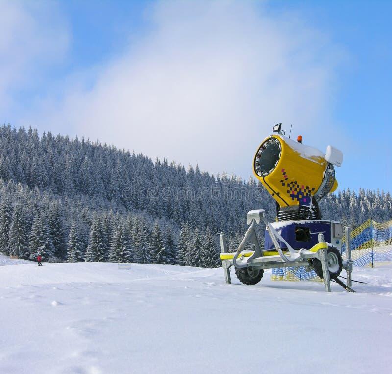 прикарпатский след снежка лыжи гор пушки стоковое изображение