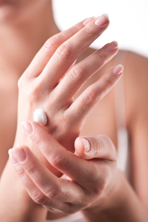 прикладывает cream руки ее женщина стоковые фотографии rf