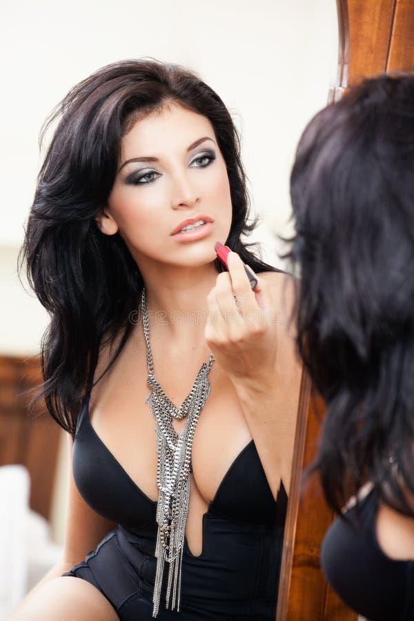 прикладывать женщину губной помады чувственную сексуальную стоковое фото