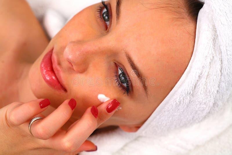 прикладывать женщину сливк moisturizing стоковое фото
