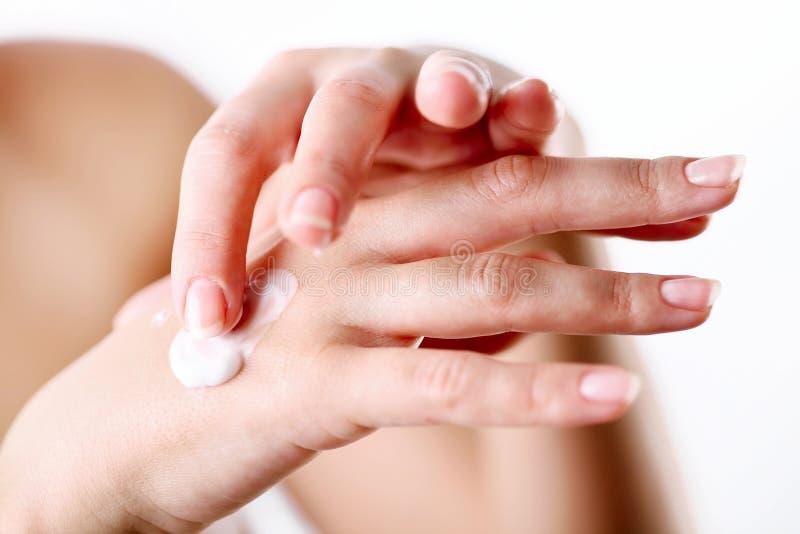 прикладывать заботя cream руки стоковые изображения