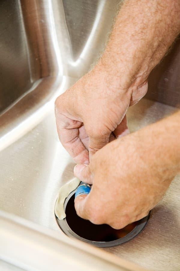 прикладывать замазку водопроводчиков стоковое фото rf