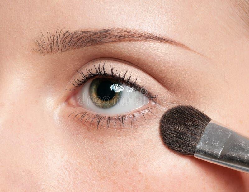 прикладывать зону женщины краски глаза щетки косметическую стоковое изображение rf