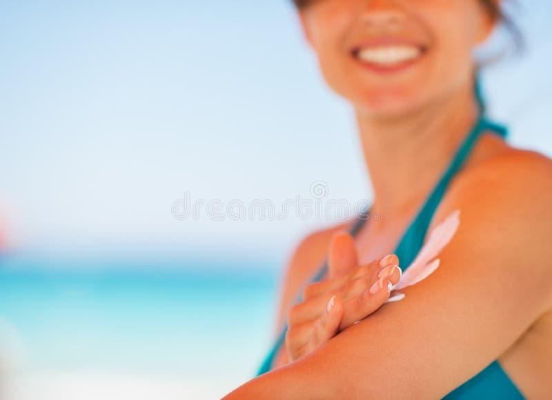 прикладывать солнце руки creme крупного плана блока женское стоковые изображения rf
