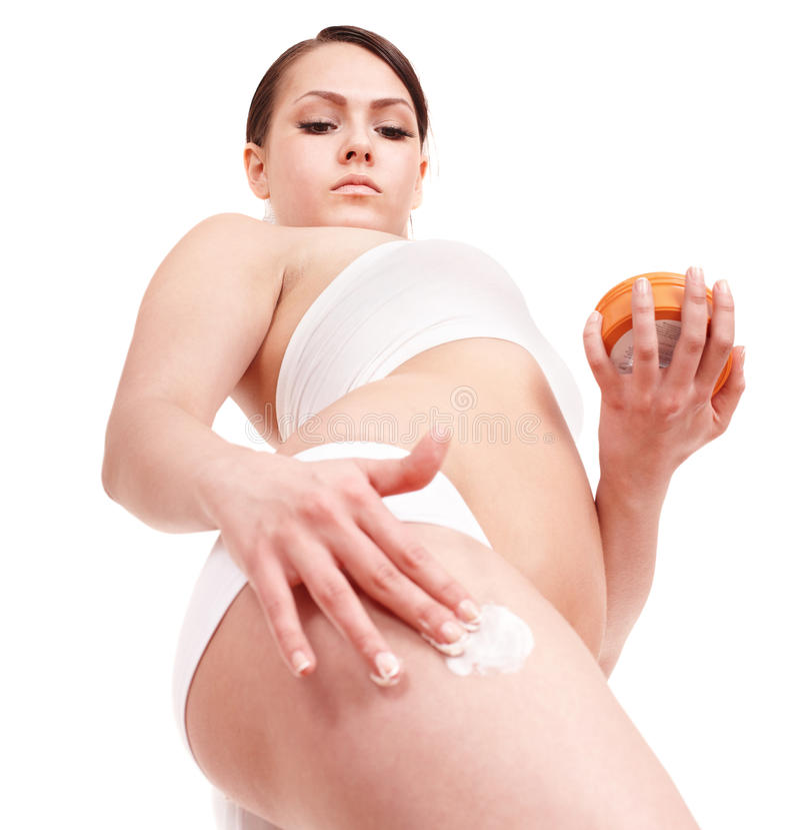 прикладывать cream детенышей женщины увлажнителя стоковое фото rf