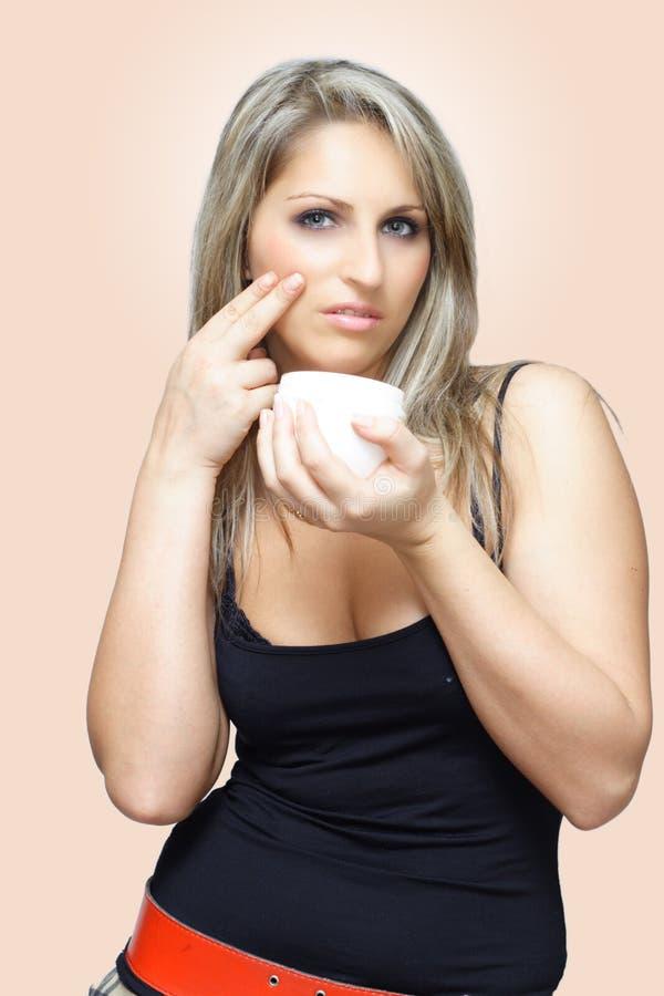 прикладывать cream женщину стоковое изображение