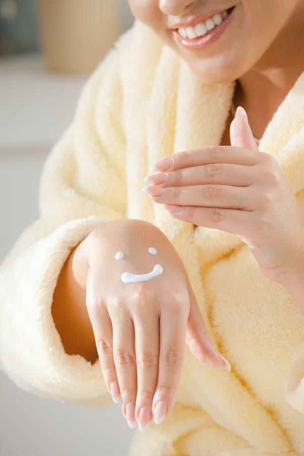 прикладывать cream femal руки стоковые фотографии rf