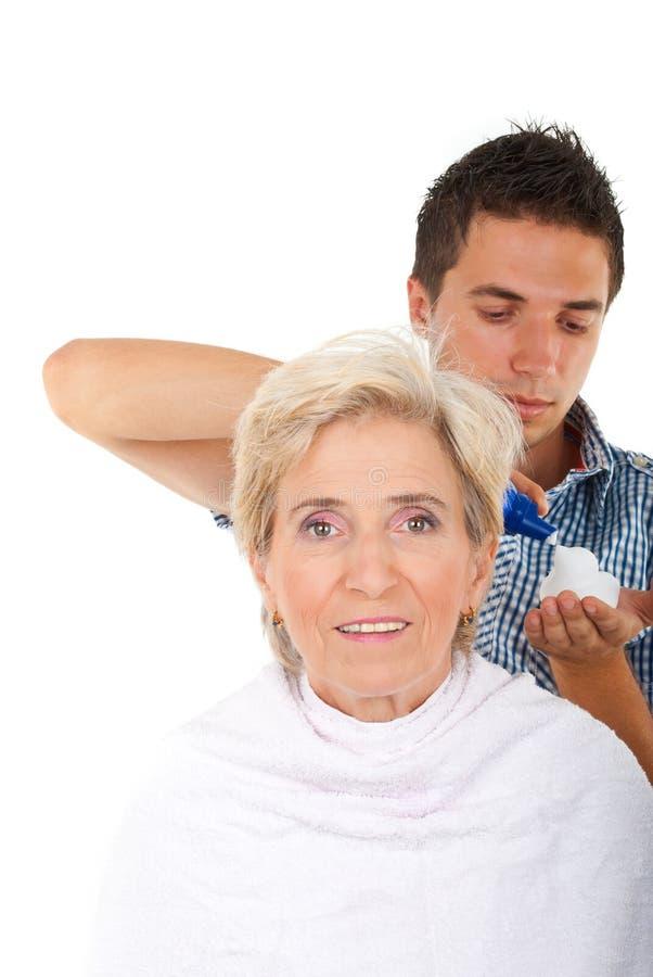 прикладывать mousse hairstylist волос стоковая фотография