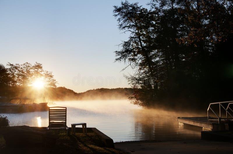 прикорм озера над солнцем подъема стоковое изображение rf