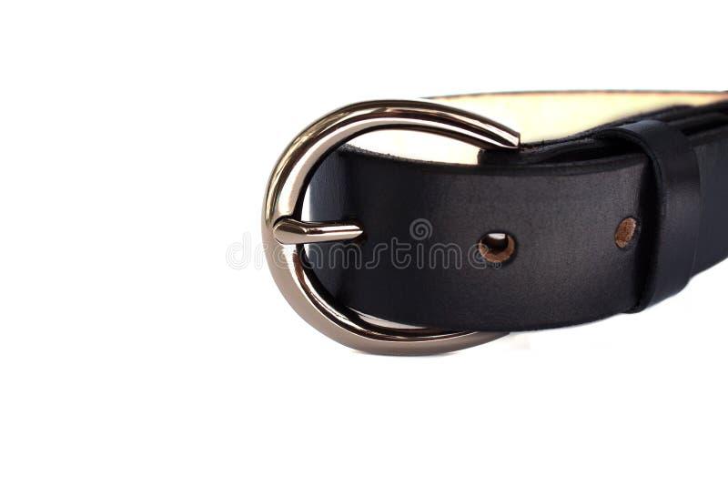 Прикрепленный модный черный кожаный пояс с сияющей пряжкой металла хрома на белой предпосылке стоковая фотография rf