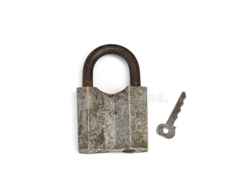 Прикрепленный на петлях закрытый замок металла с ключом, белой предпосылкой стоковые фотографии rf