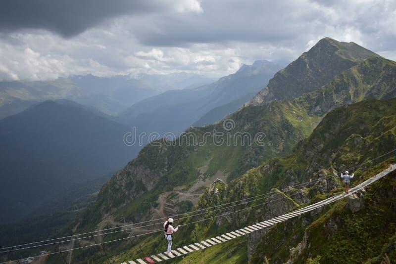 Прикрепленный на петлях мост в горах стоковое фото