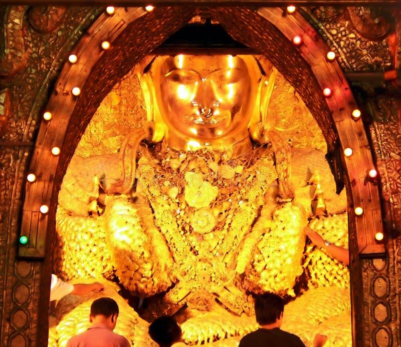 прикреплять worshippers листового золота стоковое фото rf
