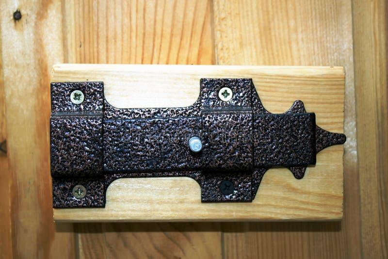 Прикрепленный на петлях замок металла ретро на деревянной двери стоковое изображение rf