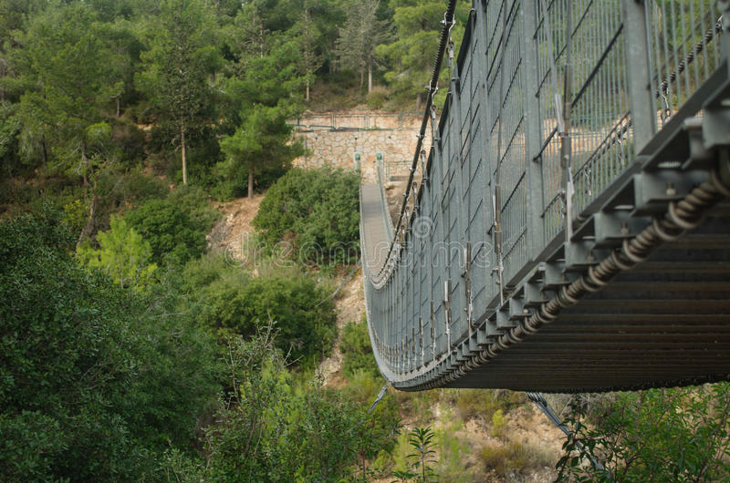 Прикрепленный на петлях мост в Nesher. Израиль стоковое фото