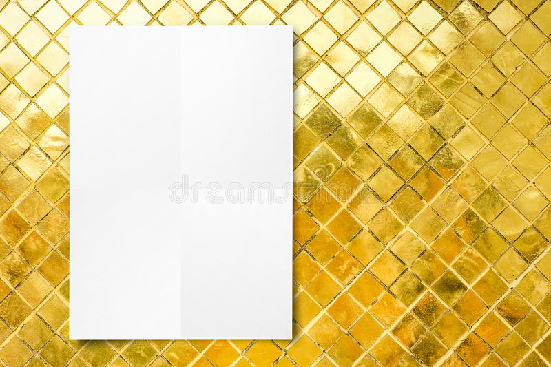 Прикройте сложенную бумажную смертную казнь через повешение плаката на стене плиток мозаики золотой, Te стоковые фотографии rf