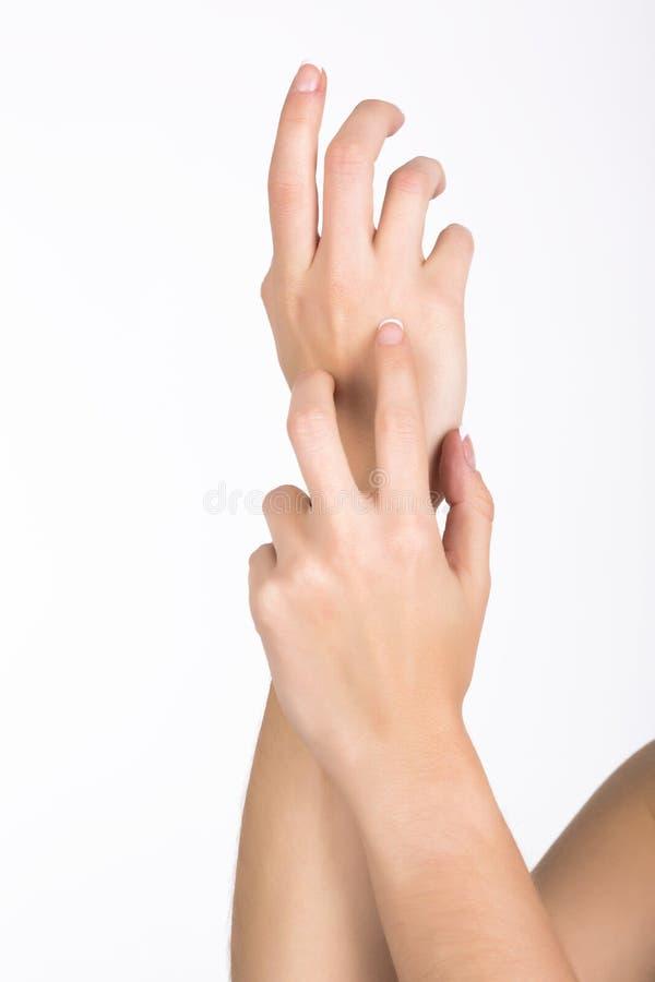 Прикладывать лосьон руки стоковые фото