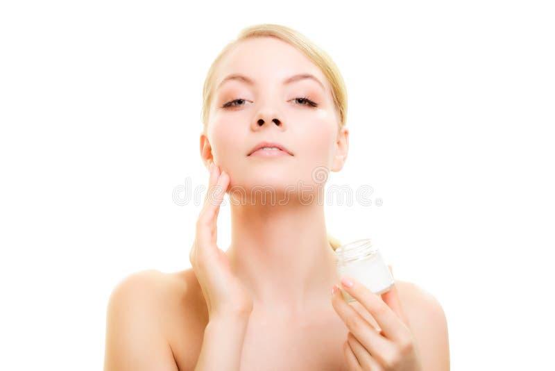 Download прикладывать политуру кожи внимательности прозрачную Девушка прикладывая Moisturizing сливк Стоковое Фото - изображение насчитывающей косметика, сторона: 40587586