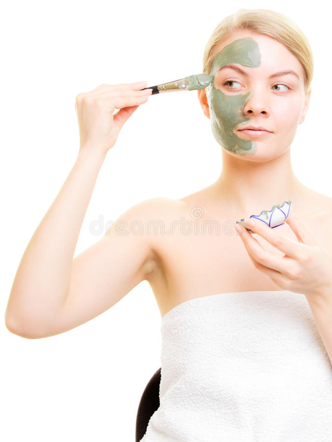 Download прикладывать политуру кожи внимательности прозрачную Женщина прикладывая маску грязи глины на стороне Стоковое Изображение - изображение насчитывающей женщина, спа: 40587585