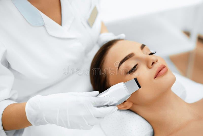 прикладывать политуру кожи внимательности прозрачную Шелушение кавитации ультразвука лицевое Очищать кожи стоковые изображения rf