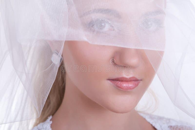 прикладывающ красивейшую невесту составьте детенышей венчания стоковое фото rf