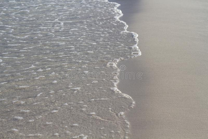 Прилив морской воды на пляже с белым песком Ясная волна на ровном песке Тропическое фото взморья Шаблон знамени летних каникулов стоковые изображения