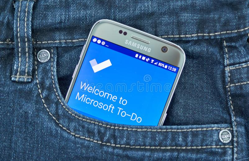 Применение суеты Майкрософта мобильное на экране Samsung стоковые изображения rf