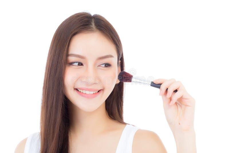 Применяться женщины красоты азиатский составляет при щетка щеки изолированная на белой предпосылке стоковое изображение rf