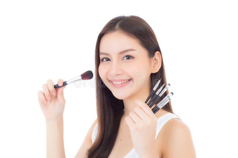 Применяться женщины красоты азиатский составляет с щеткой щеки стоковые изображения