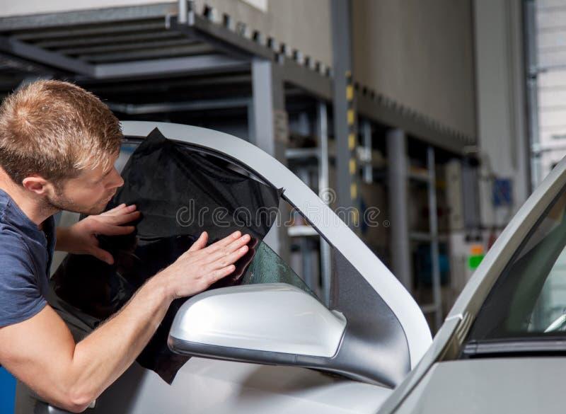 Применяться подкрашивающ фольгу на окно автомобиля стоковые фотографии rf