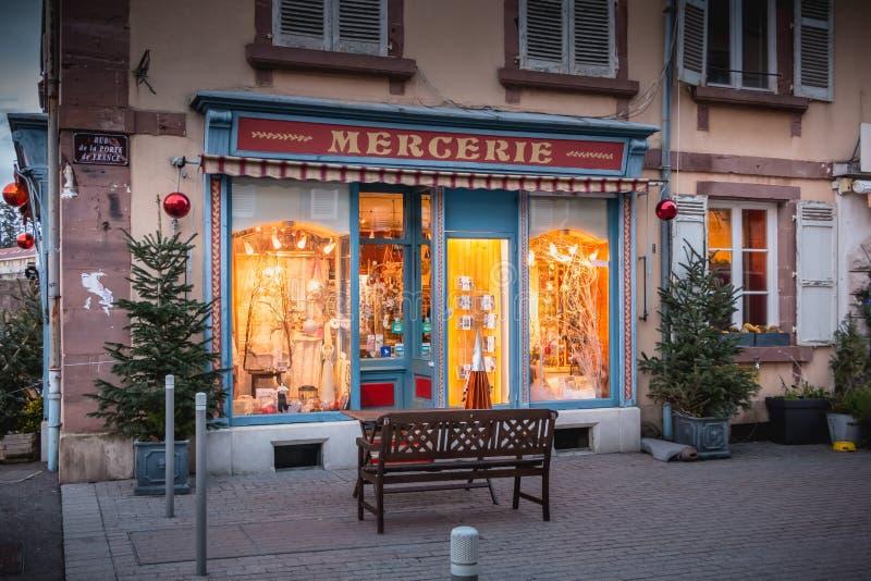 Пример мелкого бизнеса украшенный для рождества в Бельфоре стоковое изображение rf