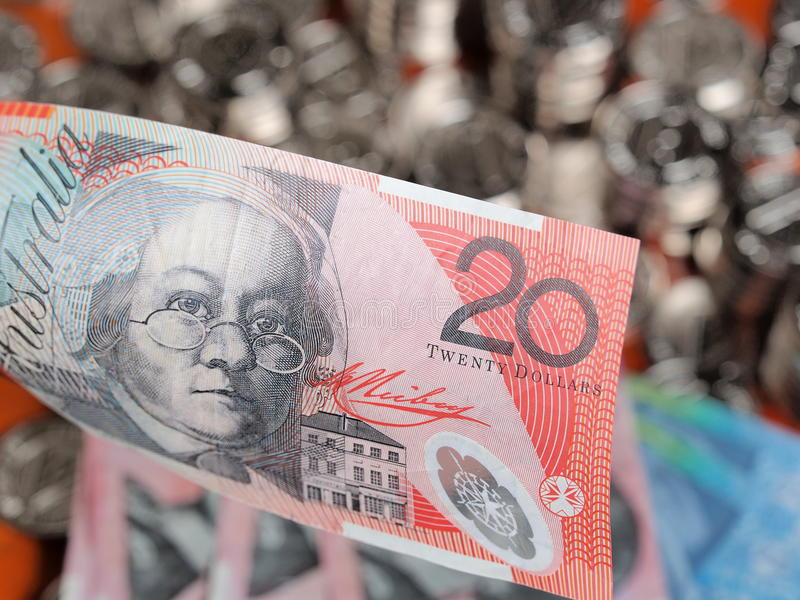 Примечание австралийского доллара 20 на фронте кучи блестящих монеток стоковые фотографии rf