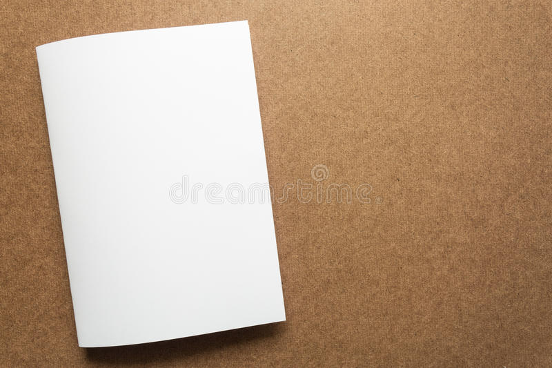 Примечание белой бумаги на столе дела деревянном с космосом экземпляра стоковое изображение rf