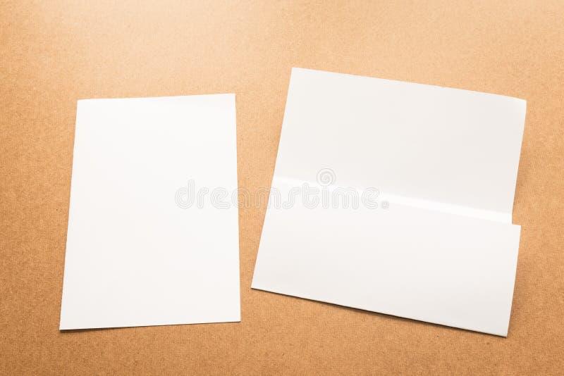 Примечание белой бумаги на столе дела деревянном с космосом экземпляра стоковая фотография