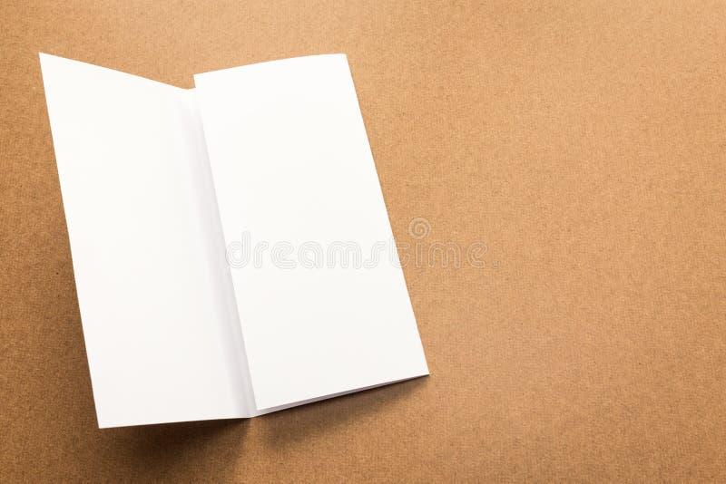 Примечание белой бумаги на столе дела деревянном с космосом экземпляра стоковые фото